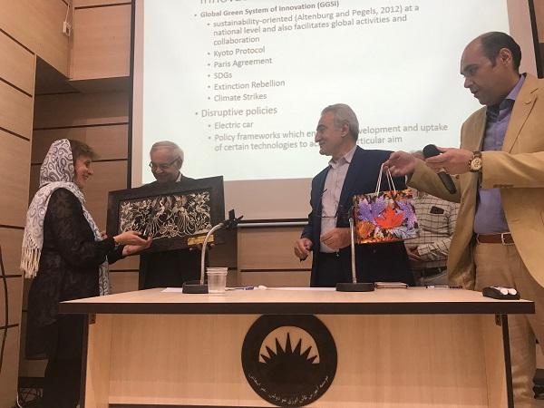 سخنرانی پروفسور درا مارینوا بنیانگذار پایداری محیط در استرالیا مورخ چهارشنبه 22 خرداد 1398 در سالن جلسات موسسه آموزش عالی انرژی ساوه برگزار شد